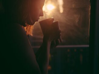 GIrl drinking tea (PHOTO CREDIT: pixbay |Foundry Co)