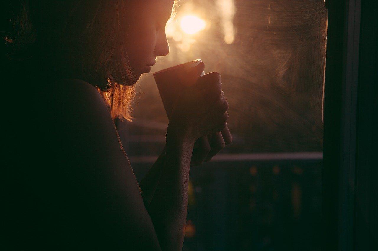 GIrl drinking tea (PHOTO CREDIT: pixbay |Foundry Co)