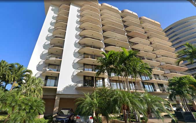 Champlain Towers South at 8777 Collins Avenue, Surfside, Florida (Imagery ©2021 Maxar Technologies, Map data ©2021 Google)