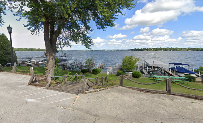 Mineola Hotel docks Fox Lake (Image capture August 2019 ©2021 Google)